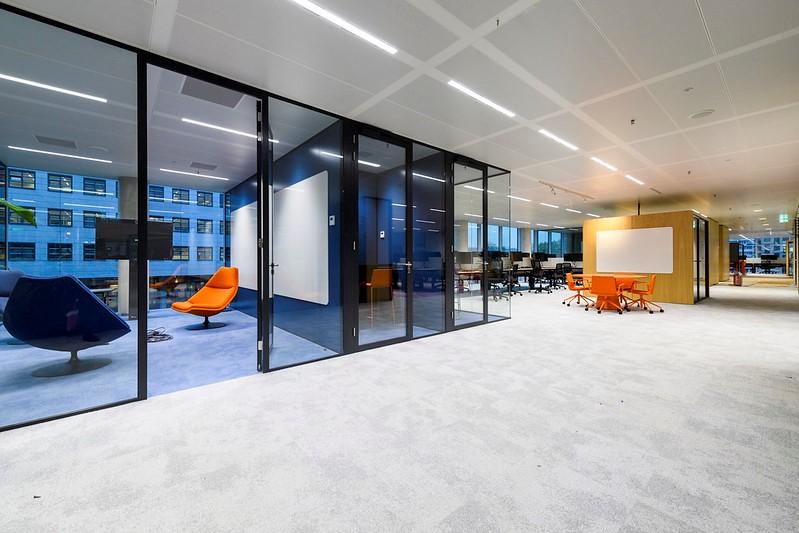 Interieur met meubilair ING hoofdkantoor Cedar Amsterdam