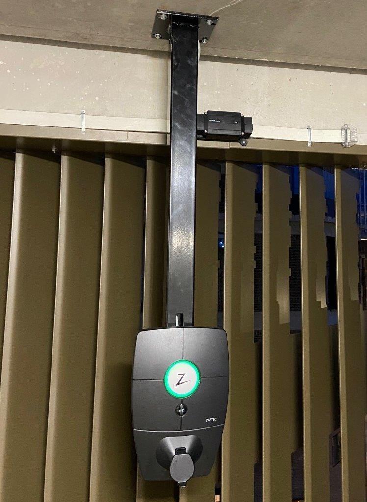 Plafondbeugel met Qcharge oplaadpunt van Eleqtron bij parkeergarage Boston Seattle in Rotterdam